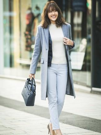 Comment porter: manteau gris, veste sans manches bleu marine, pull à col roulé blanc, pantalon slim bleu clair