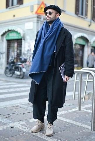 Comment porter: pantalon chino noir, chaussures de sport beiges, casquette plate noire, écharpe bleue