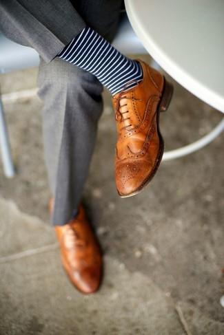 Comment porter: pantalon de costume gris, chaussures brogues en cuir marron clair, chaussettes à rayures horizontales bleu marine et blanc