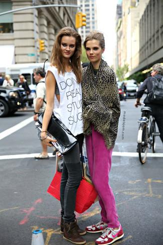 Comment porter: pantalon de jogging fuchsia, chaussures de sport blanc et rose, écharpe imprimée léopard marron