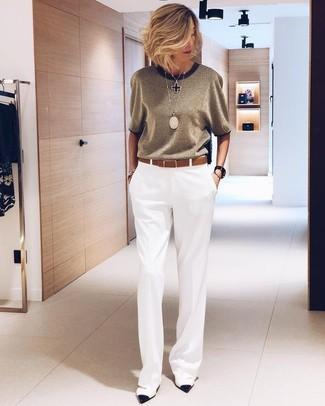 Comment porter: pantalon large blanc, escarpins en cuir blancs et noirs, ceinture en cuir marron, pendentif noir
