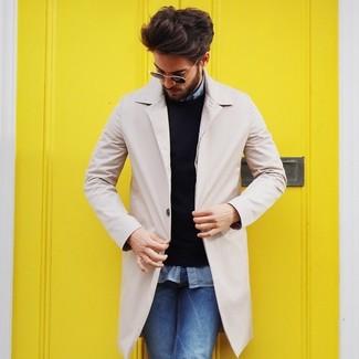 Comment porter: pardessus beige, pull à col rond noir, chemise à manches longues en chambray bleu clair, jean bleu
