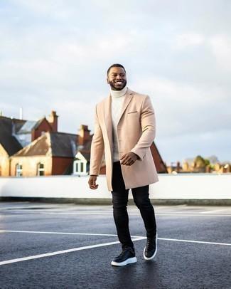 Tendances mode hommes: Harmonise un pardessus beige avec un jean skinny noir pour obtenir un look relax mais stylé. Pour les chaussures, fais un choix décontracté avec une paire de baskets basses en cuir noires et blanches.