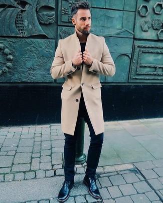 Comment porter: pardessus beige, t-shirt à col rond noir, jean skinny noir, bottines chukka en cuir noires