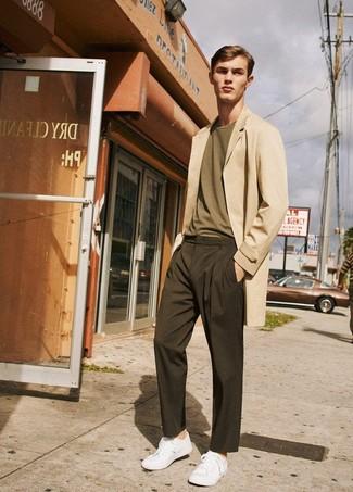 Comment porter: pardessus beige, t-shirt à col rond olive, pantalon chino marron foncé, baskets basses blanches