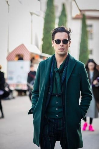 Comment porter: pardessus vert foncé, blazer à rayures verticales bleu marine et vert, cardigan vert foncé, pantalon de costume à rayures verticales bleu marine et vert