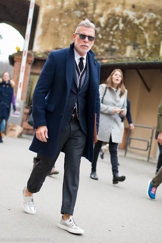 Comment porter: pardessus bleu marine, blazer à rayures verticales bleu marine, cardigan gris, chemise de ville blanche