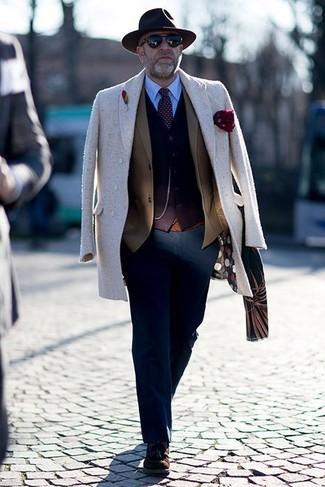 Comment porter: pardessus beige, blazer marron, cardigan marron foncé, chemise de ville bleu clair