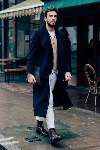 Comment porter un cardigan beige: Associe un cardigan beige avec un pantalon chino blanc pour une tenue idéale le week-end. Cette tenue est parfait avec une paire de des bottes de loisirs en cuir marron foncé.