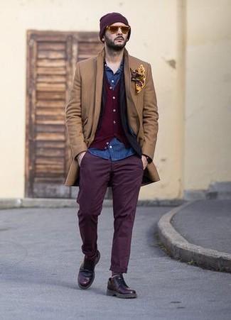 Comment porter un cardigan rouge en hiver: Essaie d'harmoniser un cardigan rouge avec un pantalon chino pourpre foncé pour un look de tous les jours facile à porter. Une paire de des chaussures derby en cuir pourpre foncé apportera une esthétique classique à l'ensemble. On craque pour ce look top, très hivernale.