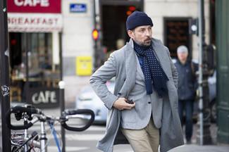 Comment porter: pardessus gris, blazer en laine gris, chemise à manches longues en chambray bleue, pantalon chino beige