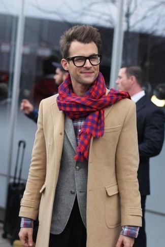 Comment porter un blazer en laine gris pour un style elégantes quand il fait frais: Pense à marier un blazer en laine gris avec un pantalon de costume noir pour une silhouette classique et raffinée.