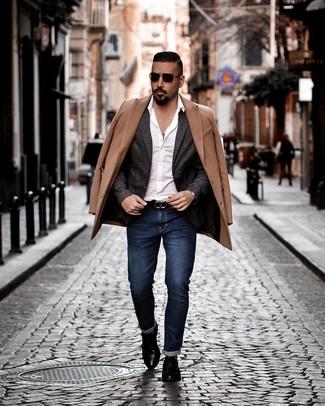 Comment porter: pardessus marron clair, blazer en laine gris foncé, chemise à manches longues blanche, jean bleu marine