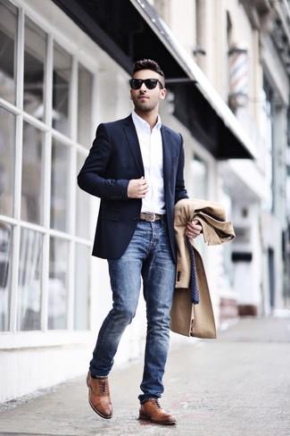 Comment porter: pardessus marron clair, blazer bleu marine, chemise à manches longues blanche, jean bleu