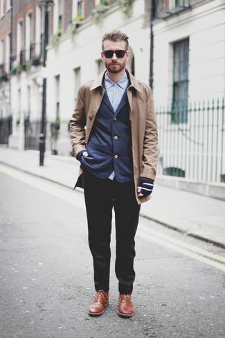 Comment porter des gants en laine bleu marine: Pour une tenue aussi confortable que ton canapé, porte un pardessus marron clair et des gants en laine bleu marine. Fais d'une paire de des bottes de loisirs en cuir marron ton choix de souliers pour afficher ton expertise vestimentaire.