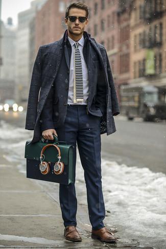 Comment porter: pardessus écossais gris foncé, blazer en laine gris foncé, chemise de ville blanche, pantalon de costume bleu marine