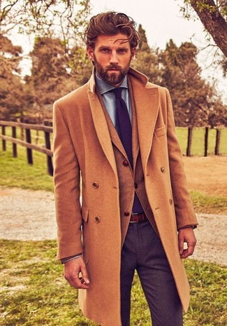 Comment porter: pardessus marron clair, blazer en laine marron clair, chemise de ville en chambray bleu clair, pantalon de costume en laine gris foncé