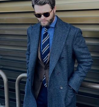 Comment porter: pardessus bleu marine, blazer en laine marron foncé, chemise de ville en chambray bleue, pantalon de costume bleu marine