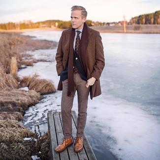 Comment porter un pantalon de costume en laine écossais marron foncé: Choisis un pardessus marron et un pantalon de costume en laine écossais marron foncé pour un look pointu et élégant. Si tu veux éviter un look trop formel, opte pour une paire de des bottes brogue en cuir marron clair.