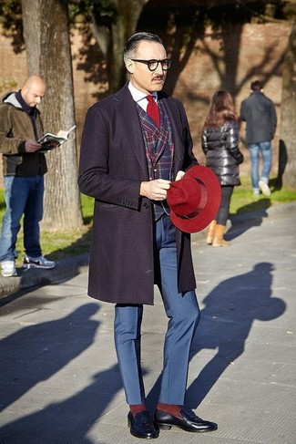 Comment porter: pardessus bleu marine, blazer écossais rouge et bleu marine, chemise de ville blanche, pantalon de costume bleu marine
