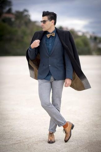 Comment porter: pardessus noir, blazer en laine bleu marine, chemise de ville bleu canard, pantalon de costume en laine gris