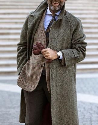 Comment porter: pardessus à chevrons gris, blazer en laine écossais marron, chemise de ville blanche, pantalon de costume en laine marron foncé