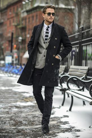 Comment porter: pardessus noir, blazer en laine gris, chemise de ville blanche, pantalon chino noir