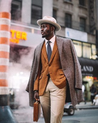 Comment porter: pardessus à chevrons gris, blazer à carreaux tabac, chemise de ville blanche, pantalon de costume beige