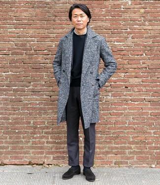 Comment porter: pardessus gris, blazer en laine gris foncé, chemise de ville grise, t-shirt à col rond noir