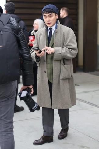 Comment porter: pardessus gris, blazer écossais olive, chemise de ville blanche, pantalon de costume gris