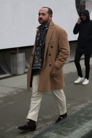 Comment porter: pardessus marron clair, blazer écossais marron foncé, chemise de ville bleu clair, pantalon de costume en laine blanc