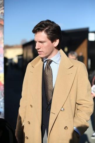 Comment porter: pardessus marron clair, blazer noir, chemise de ville à rayures verticales bleu clair, pantalon de costume gris