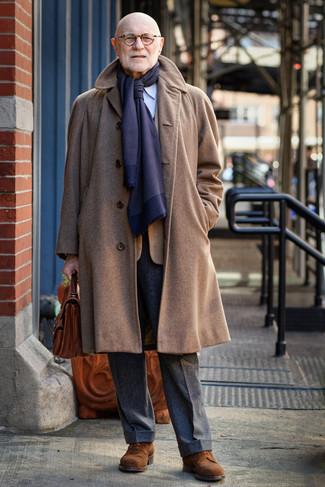 Comment porter: pardessus marron, blazer à carreaux tabac, chemise de ville à rayures verticales bleu clair, pantalon de costume en laine gris foncé
