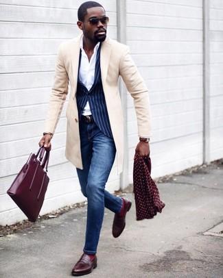 Comment porter: pardessus beige, blazer à rayures verticales bleu marine, chemise de ville blanche, jean skinny bleu