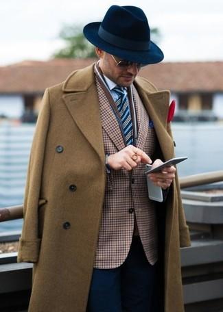 Comment porter: pardessus marron, blazer en vichy marron, chemise de ville blanche, pantalon de costume bleu marine