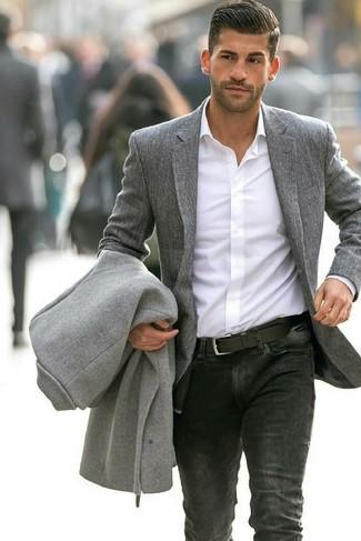Comment porter un blazer en laine gris quand il fait frais: Essaie d'associer un blazer en laine gris avec un jean noir pour aller au bureau.