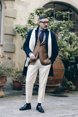 Comment porter un blazer marron: Pense à opter pour un blazer marron et un pantalon de costume blanc pour une silhouette classique et raffinée. Cet ensemble est parfait avec une paire de des mocassins à pampilles en cuir noirs.
