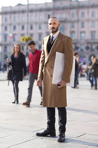 Comment porter des bottes de loisirs en cuir noires: Fais-toi remarquer parmi les autres civils stylés avec un pardessus marron clair et un jean noir. Complète ce look avec une paire de des bottes de loisirs en cuir noires.