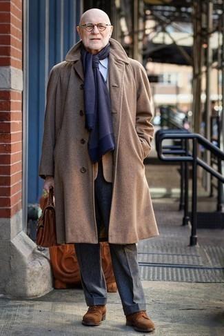 Comment porter des chaussures derby en daim marron: Porte un pardessus marron clair et un pantalon de costume en laine gris foncé pour dégager classe et sophistication. Si tu veux éviter un look trop formel, termine ce look avec une paire de des chaussures derby en daim marron.