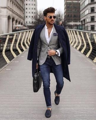 Comment porter une pochette de costume imprimée bleu marine et blanc: Porte un pardessus bleu marine et une pochette de costume imprimée bleu marine et blanc pour un look confortable et décontracté. Jouez la carte classique pour les chaussures et fais d'une paire de des slippers en cuir bleu marine ton choix de souliers.