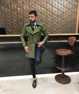 Comment porter une cravate marron: Opte pour un pardessus olive avec une cravate marron pour un look pointu et élégant. Une paire de des chaussures richelieu en cuir marron est une option avisé pour complèter cette tenue.