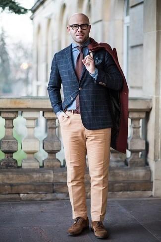 Comment porter une cravate á pois bordeaux: Essaie de marier un pardessus bordeaux avec une cravate á pois bordeaux pour une silhouette classique et raffinée. D'une humeur créatrice? Assortis ta tenue avec une paire de des chaussures brogues en daim marron.