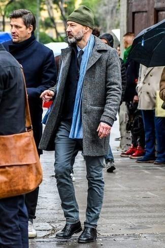 Comment s'habiller en hiver: Marie un pardessus gris avec un pantalon chino bleu marine pour achever un look habillé mais pas trop. Rehausse cet ensemble avec une paire de chaussures derby en cuir noires. Nous aimons absolument ce look qui est canon pour pour les journées hivernales.