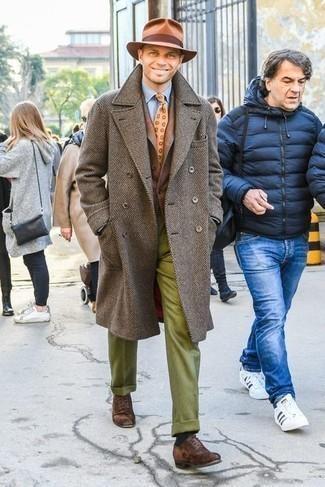 Comment porter un pardessus marron: Essaie de marier un pardessus marron avec un pantalon de costume en laine olive pour un look classique et élégant. Cet ensemble est parfait avec une paire de chaussures richelieu en daim marron foncé.