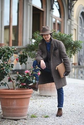 Comment porter: pardessus en pied-de-poule marron, blazer en laine marron, chemise en jean bleue, jean bleu
