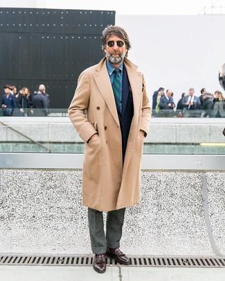 Comment porter: pardessus beige, blazer en laine bleu marine, chemise en jean bleue, pantalon de costume en laine gris