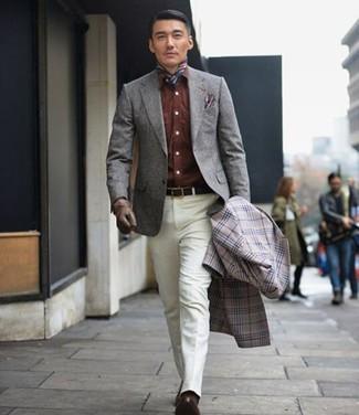 """Comment porter un blazer en laine gris quand il fait frais: L'association d'un blazer en laine gris et d'un pantalon de costume blanc te démarquera de la masse sans trop être """"too much"""". Assortis ce look avec une paire de des chaussures derby en cuir marron foncé."""