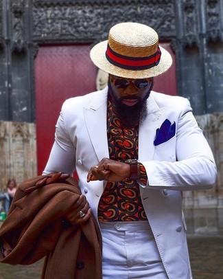 Comment porter: pardessus marron, blazer croisé blanc, chemise à manches longues imprimée rouge, pantalon de costume blanc