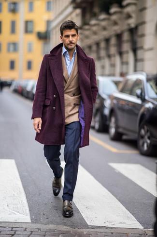 Comment porter un pantalon de costume bleu marine: Essaie d'associer un pardessus pourpre foncé avec un pantalon de costume bleu marine pour une silhouette classique et raffinée. Si tu veux éviter un look trop formel, choisis une paire de des double monks en cuir olive.