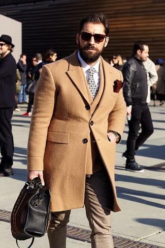 Comment porter: pardessus marron clair, blazer croisé en laine marron clair, chemise de ville blanche, pantalon de costume en laine marron